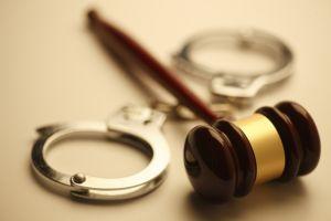 Наручники и судебный молоток